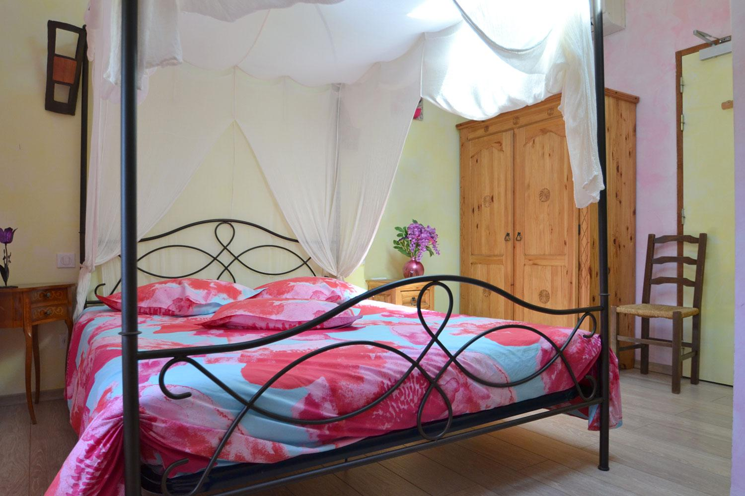 B & B with all the comforts: 160 bed quality, soft duvet, bedside and cupboard in  Mexican wooden, flat screen TV, air conditioning